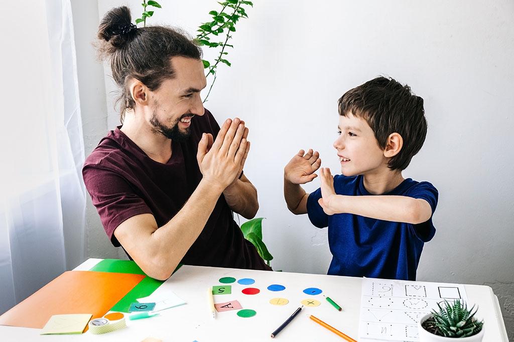 Niño autista feliz durante la terapia